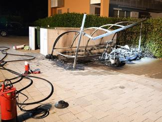 Velounterstrand mit Mopeds in Brand